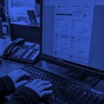Mains sur clavier d'ordinateur avec dessin de moulure à l'écran dans un icône rond